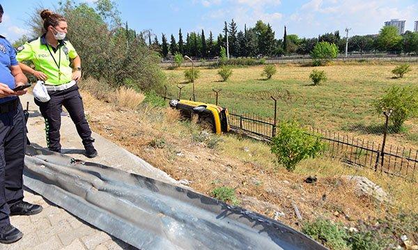 Adana'da bariyerleri yıkan taksi, şarampole devrildi