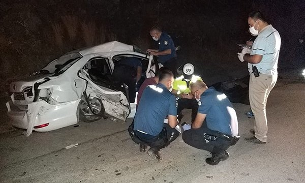 Adana'da hafif ticari araç ile otomobil çarpıştı