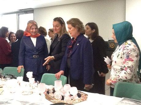 AK Parti  vekiller, Kadın Koordinasyon Merkezini gezdi