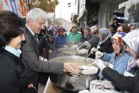 AK Parti Kadın Kolları halka aşure dağıtı