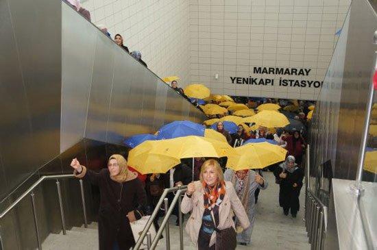 AK Parti'li kadınlar şiddete karşı şemsiye açtı.