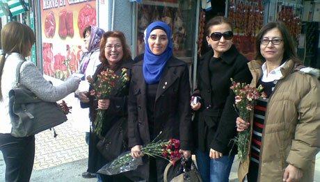 AK Parti Söke Kadın Kolları karanfil dağıttı