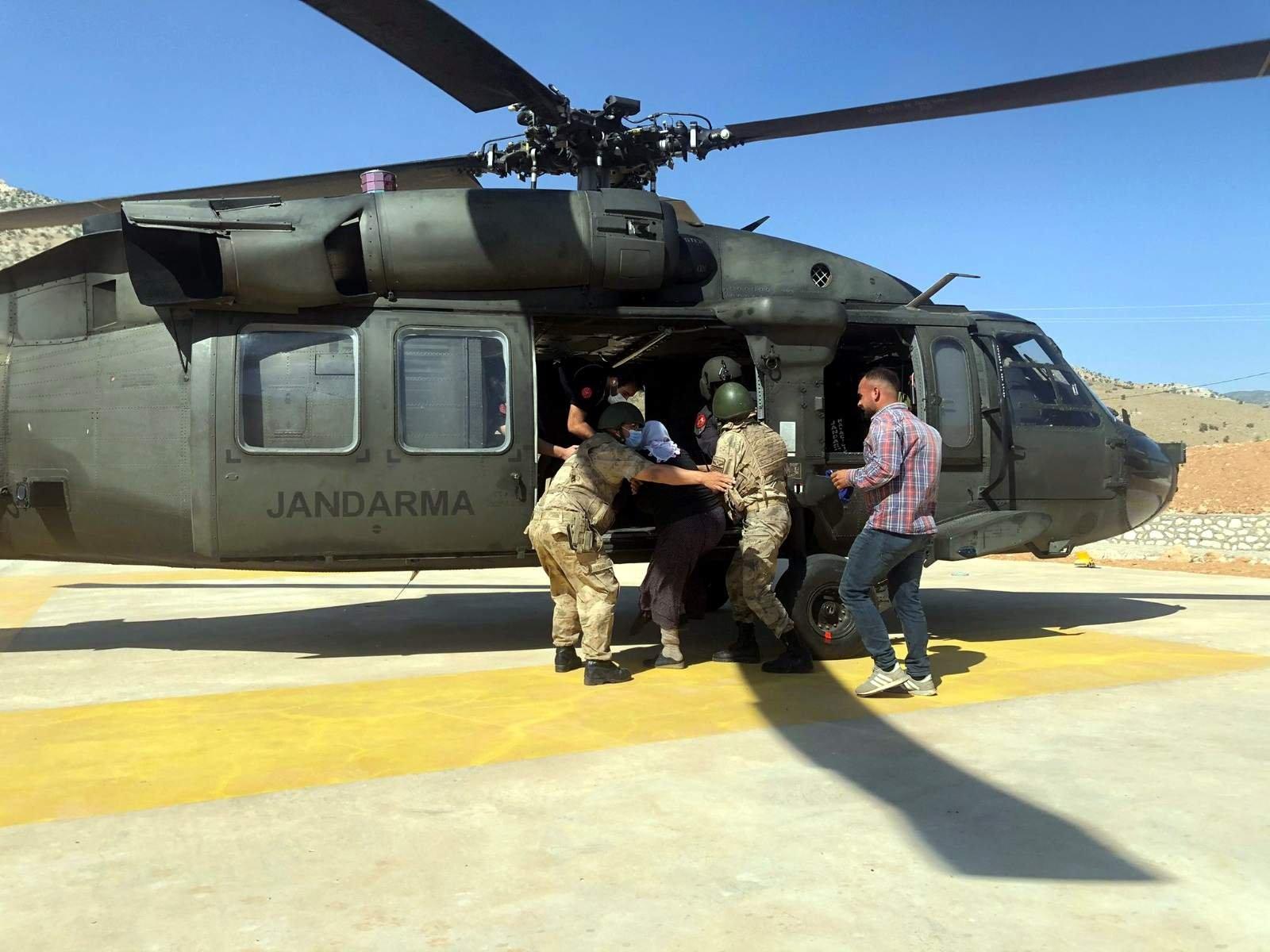Akrebin soktuğu kadın helikopterle hastaneye götürüldü