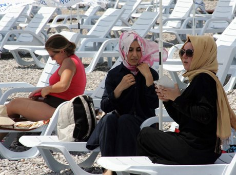 Antalya'da Kadınlar Plajı  hizmete girdi.