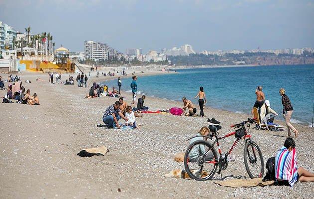 Antalya'da vatandaşlar uyarıları dinlemeyip, sahile koştu