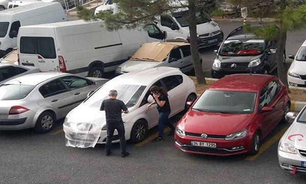 Araçlarını doludan korumak için battaniyeli önlem aldılar