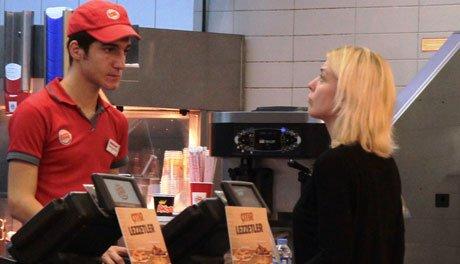 Arzu Yanardağ'ın oyun öncesi hamburger keyfi