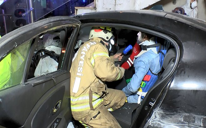 Avcılar'da otomobil AVM'nin merdivenleri altına girdi