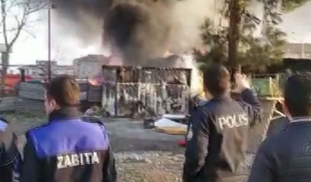 Bahçelievler'de depoda çıkan yangın 3 kamyonete sıçradı