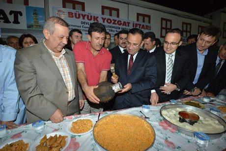 Başbakan Yardımcısı Bozdağ'a testi kebabı ikram edildi