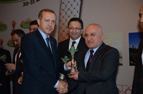 Başkan Selçuk'a ödülünü Başbakan verdi