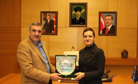 Başkan Toçoğlu,Hotar'a plaket takdim etti.