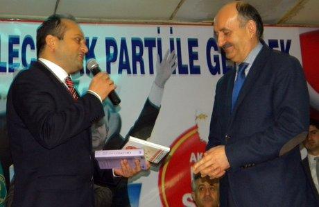 Başkan Yılmaz, Bakan Müezzinoğlu'na CD hediye etti.
