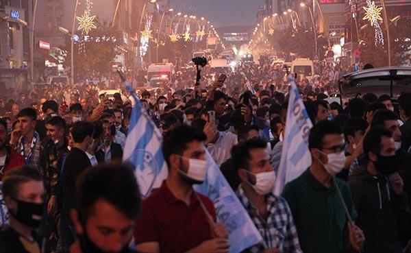 BB Erzurumsporlu taraftarlardan meşaleli kutlama