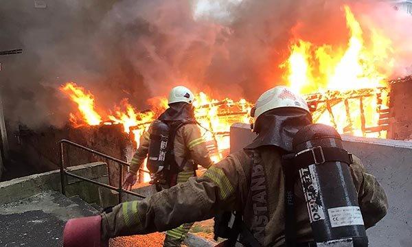 Beyoğlu'nda 3 katlı binada yangın