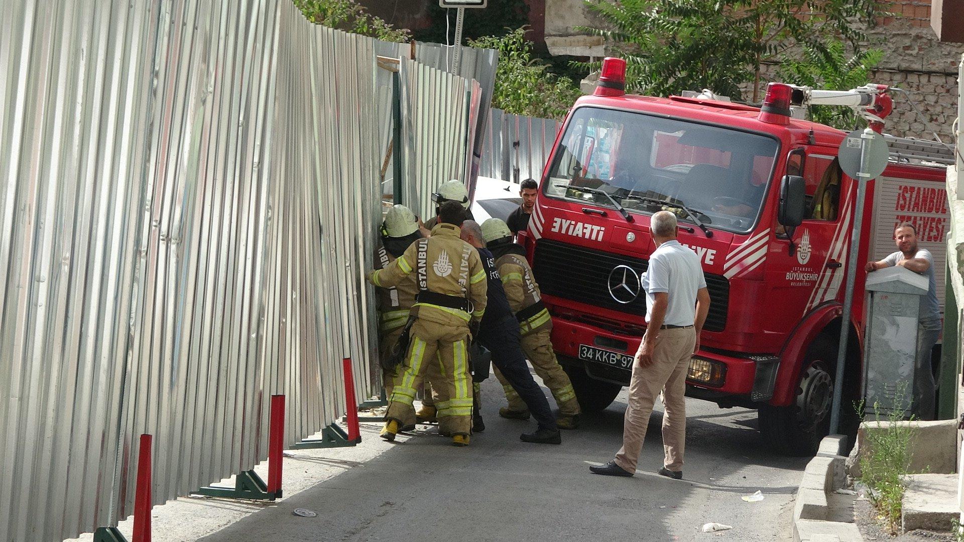 Beyoğlu'ndaki yangında itfaiyenin zor anları