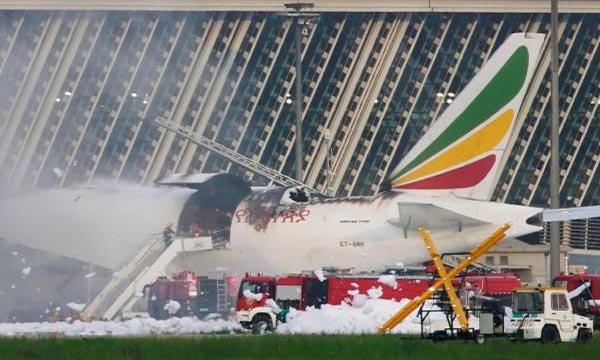Boeing 777 tipi kargo uçağı alev alev yandı!
