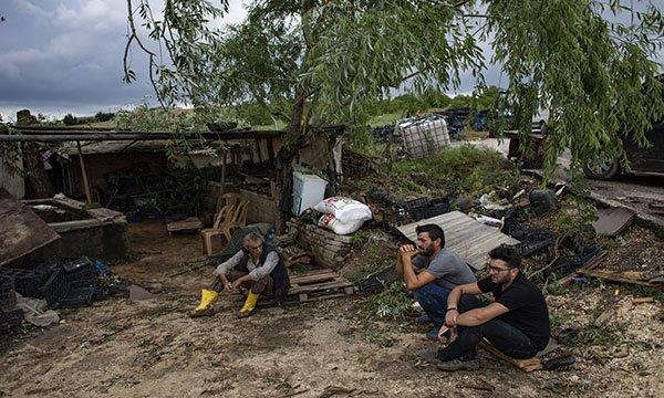 Çatalca'da hortum seraları da vurdu, kamyoneti devirdi