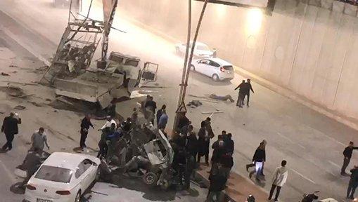 Çimento yüklü kamyon köprüden otomobilin üzerine düştü