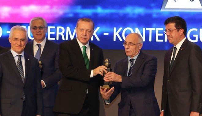 Cumhurbaşkanı Erdoğan, Hasan Yılmaz'a Plaket Verdi