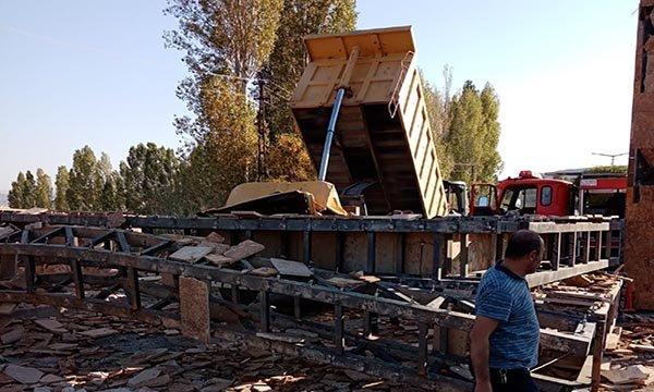 Damperi açık unutulan kamyon mermer bloklara çarptı