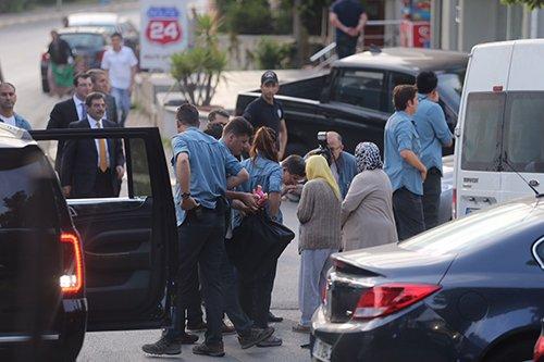 Davutoğlu, Konvoyu durdurup yaşlı kadının elini öptü