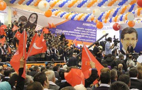 Davutoğlu'na sürpriz pankart
