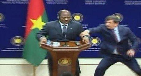 Dışişleri Bakanı canlı yayında bayıldı!