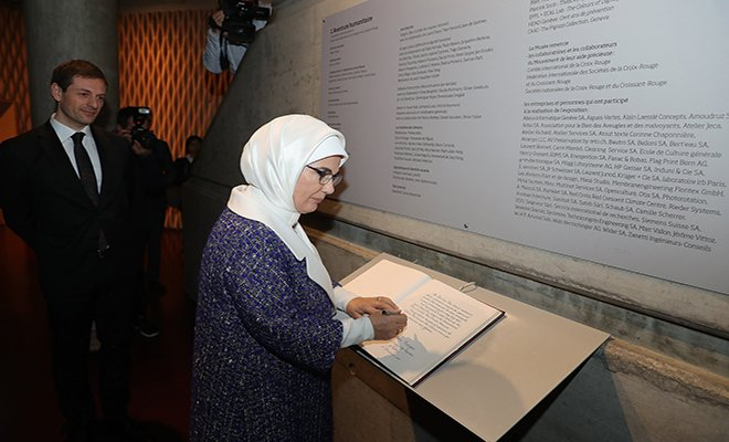 Emine Erdoğan, müzenin şeref defterini de imzaladı.