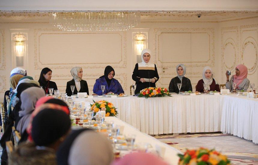 Emine Erdoğan,(İİT) Katılımcılarıyla bir araya geldi