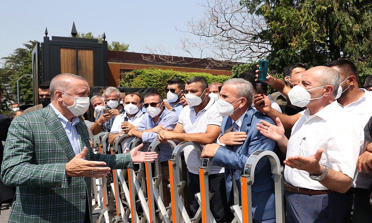 Erdoğan'a, Atatürk Havalimanı'nda minibüsçüler çiçek verdi