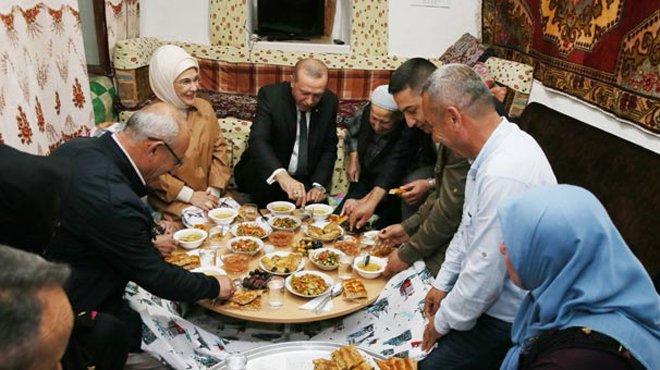 Erdoğan çifti iftarda bir vatandaşın evine konuk oldu