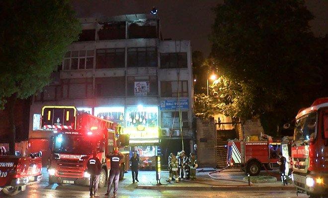 Fatih'te 4 katlı bir iş merkezinin çatısı alev alev yandı