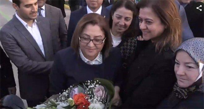 Fatma Şahin havalimanı'nda çiçeklerle karşılandı!