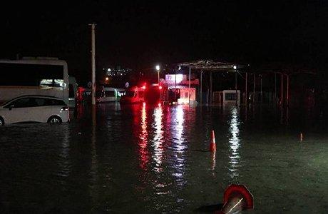 Foça'da sağnak yağış hayatı olumsuz etkiledi(video)