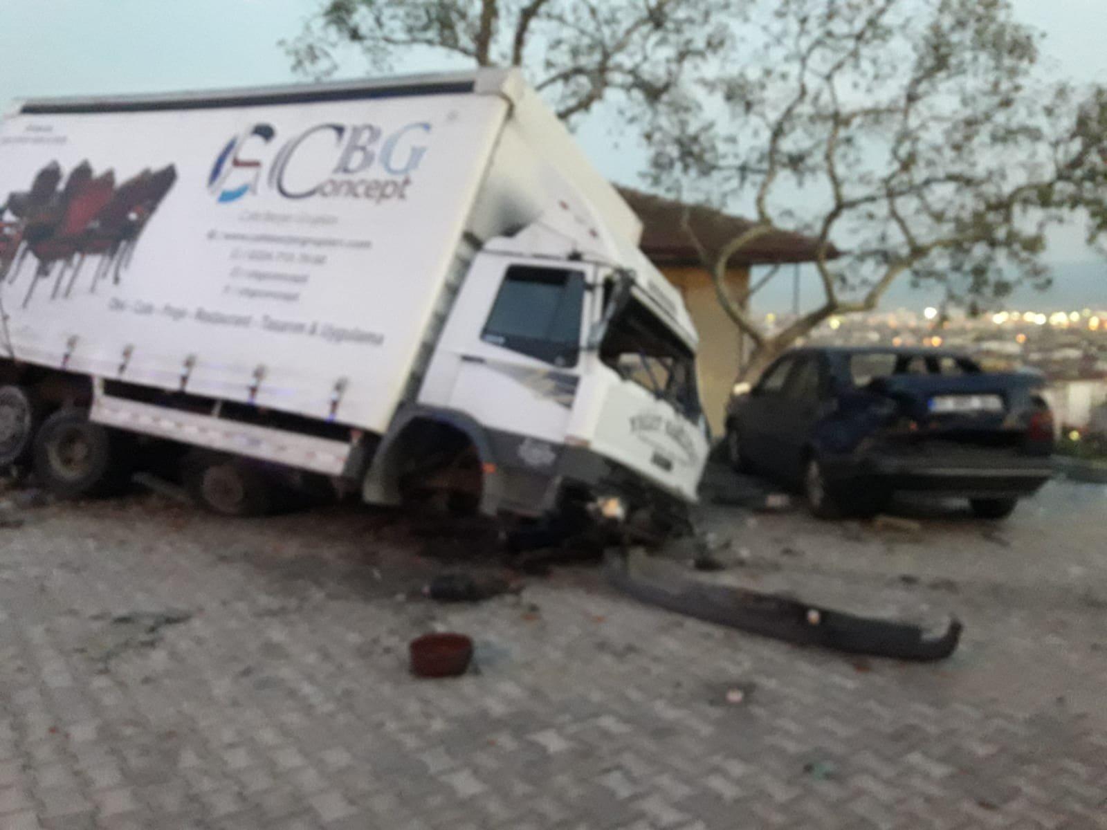 Freni boşalan kamyonet otomobile  çarparak durabildi