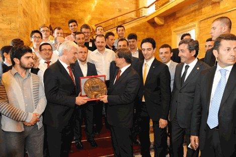 Gençlik Kolları üyeleri,Davutoğlu'nu ziyaret etti