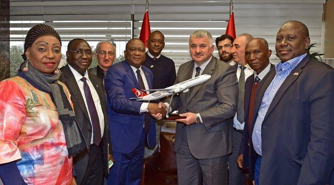 Gine Ulaştırma Bakanı, Türk Hava Yolları Genel Müdürü Bilal Ekşi'yi ziyaret etti