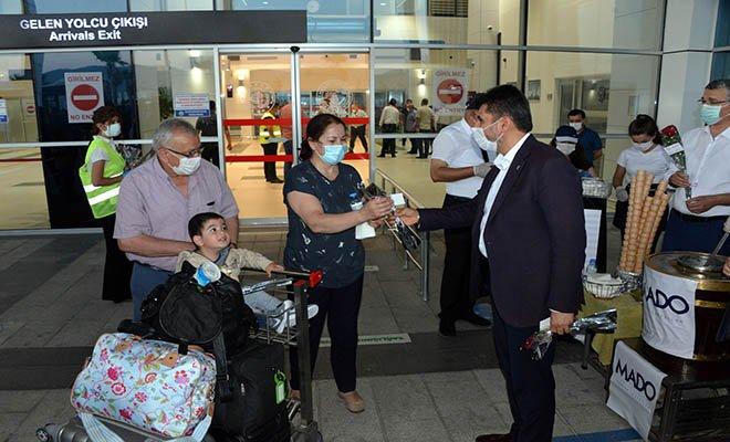 Havalimanı'nda yolculara Maraş Dondurması ikram ettiler