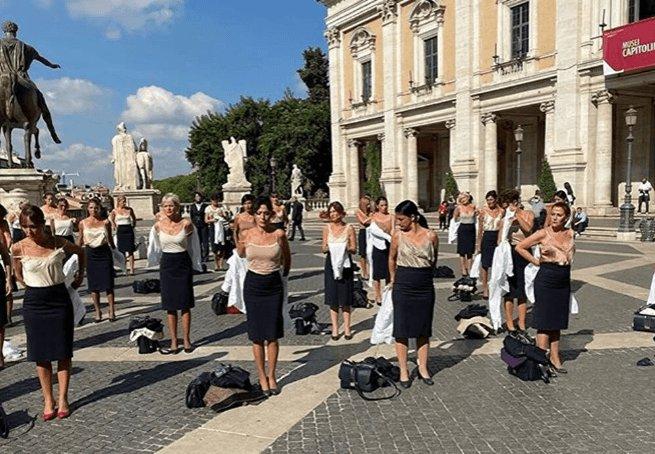 Hostesler Roma meydanında soyundu! video