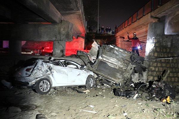 İki otomobil köprüden uçtu
