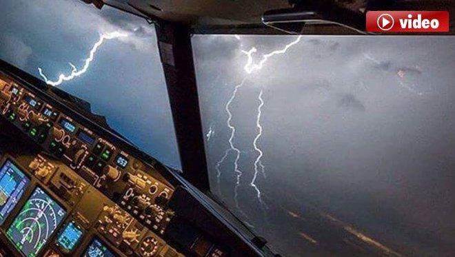 İki Yolcu Uçağına Yıldırım İsabet Etti
