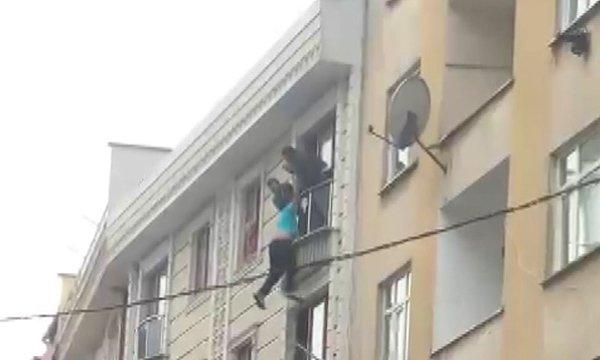 İntihar etmek için pencereden sarkan kişiyi kurtardılar