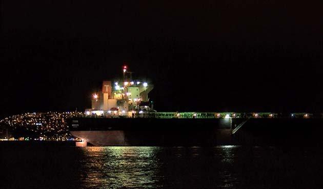 İstanbul Boğazı'nda dümeni kitlenen gemi kıyıya çekildi