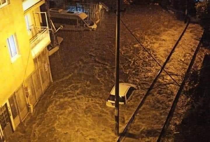 İzmir'de sağanak yağış etkili oldu(video)