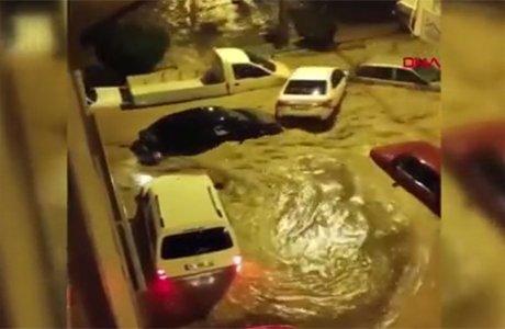 İzmir'de sel suları araçları böyle sürükledi(video)
