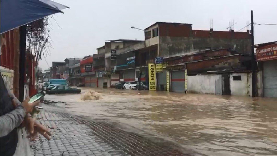 İzmir'i sağnak vurdu; Dereler taştı(video)