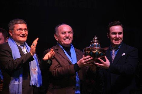 Kadir Topbaş, Mustafa Ceceli'ye hediye verdi.