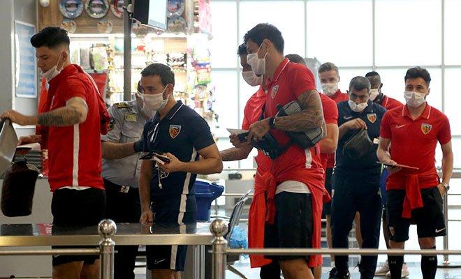 Kafiledekiler havalimanına maskeli geldi