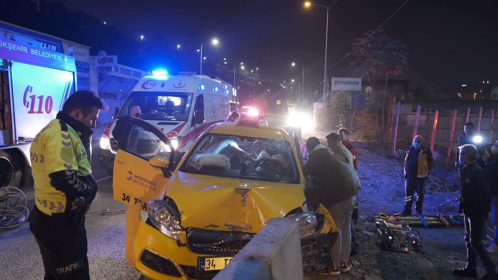 Kağıthane'de taksi beton bariyere çarptı